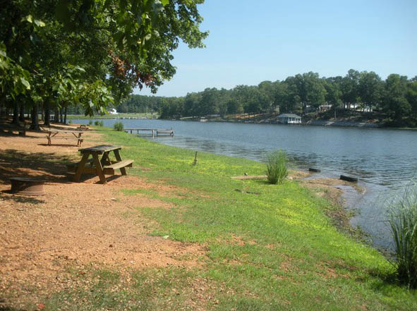 picnic-area-at-americamps-lake-gaston-in-virginia